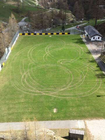 Kornkreise nun auch im Rasen?
